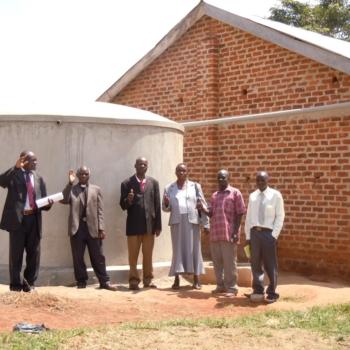 """Für die """"Christ the King"""" Schule in Bukoova, Uganda, wurde ebenfalls ein Regenwassertank finanziert. Hier bei der Einweihung."""